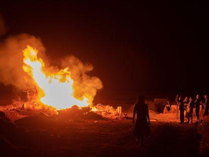 Hoguera la noche de San Juan en Lajares, en La Oliva (Fuerteventura).