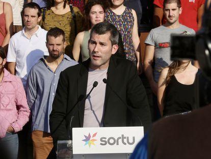 El secretario general de Sortu, Arkaitz Rodríguez, realiza una comparecencia pública por el décimo aniversario del cese de la actividad armada de ETA, el miércoles en San Sebastián.
