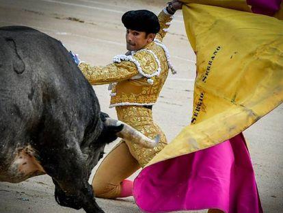 Sergio Serrano recibió de rodillas a su primer toro, en la puerta de chiqueros.