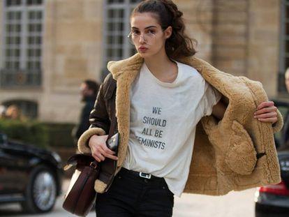 """La modelo Camille Hurel, con la camiseta con la frase de Chimamanda Ngozi Adichiet"""" en un desfile de Dior en París en enero."""