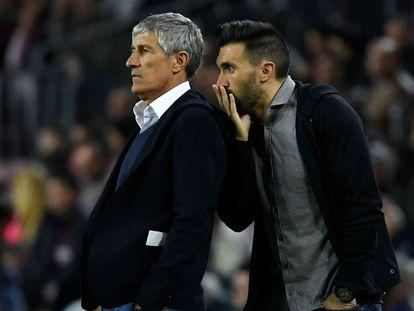Eder Sarabia le susurra algo a Setién durante un encuentro con el Barça.