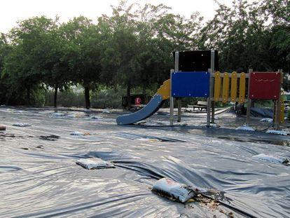 Patio de la escuela Xarau de Cerdanyola, donde se detectaron trozos de amianto.