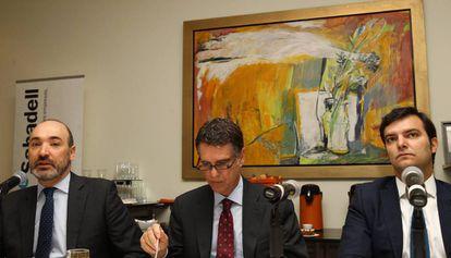 El consejero delegado del Sabadell, Jaime Guardiola (centro), y el director general en México, Francesc Noguera (izquierda), este miércoles.