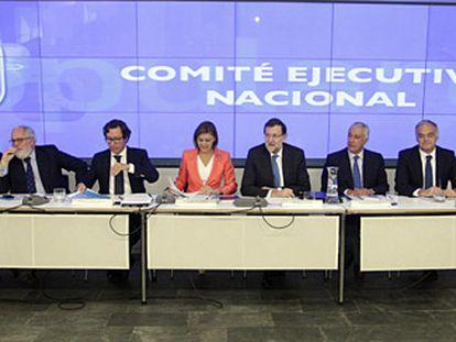 Mariano Rajoy, junto a la secretaria general del PP, María Dolores de Cospedal, y la cúpula del PP durante la última reunión del Comité Ejecutivo Nacional.