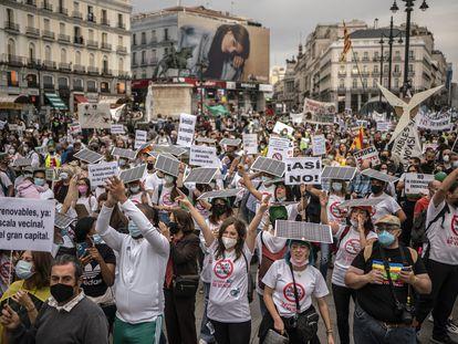 """Los manifestantes de la marcha """"Renovables sí, pero no así"""", este sábado en la Puerta del Sol de Madrid."""