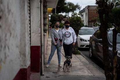 Rocío Salazar y su hija, Fernanda Alcántara, afuera de su casa en la colonia Petrolera, este jueves.