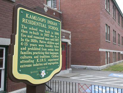 Una placa conmemorativa en la entrada del antiguo internado de Kamloops, el 27 de mayo.