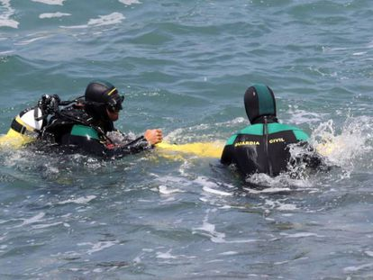 Dos submarinistas buscan a los desaparecidos en el mar. En vídeo: los servicios de Salvamento Marítimo localizan el cuerpo sin vida de la mujer desaparecida tras caer de una patera.