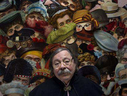 Alberto Corazón, diseñador del cartel de la fiesta de carnaval del Círculo de Bellas Artes de Madrid, en 2012.