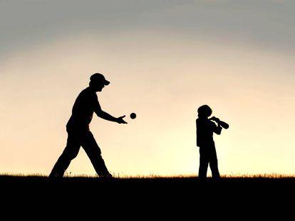 Un padre juega con su hijo al beisbol.