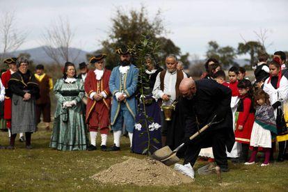 Vecinos de Villanueva de la Sierra (Cáceres), vestidos de época, celebran ayer la fiesta del árbol.