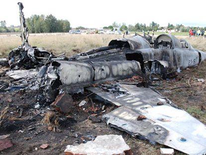Estado en que quedó el avión F-5 tras estrellarse en la base de Talavera la Real (Badajoz).