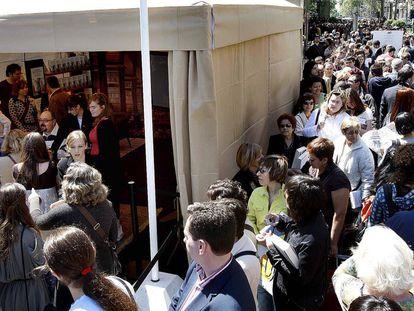 Carlos Ruiz Zafón firma ejemplares de sus novelas durante la celebración de Sant Jordi en Barcelona, en 2008.