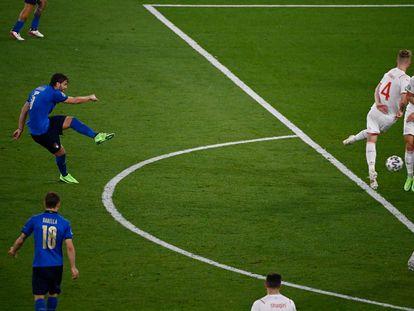 Locatelli, en el disparo que supuso el segundo gol de Italia ante Suiza en el Olímpico de Roma