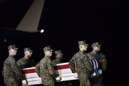 Soldados estadounidenses portan el féretro de un marine muerto en una operación contra el ISIS, el pasado domingo en Irak.