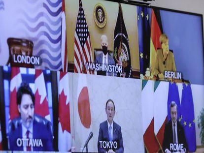 Algunos de los líderes del G-7 aparecen en una pantalla mientras se preparan para celebrar su primera reunión virtual de 2021.