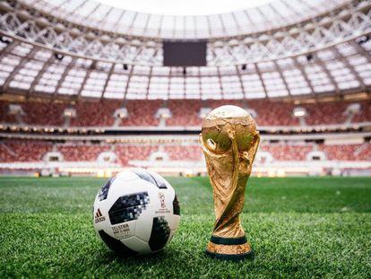El balón del Mundial y la Copa en juego sobre el césped del estadio Luzhniki en Moscú, escenario de la final.