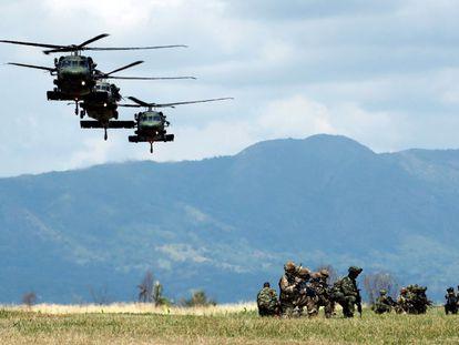 Soldados participan en ejercicios militares en la base de Tolemaida, Colombia.