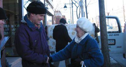 Ignatieff saluda a una vecina en Etobicoke (Toronto) durante la campaña electoral de 2006