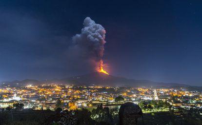 Erupción del Etna desde la ciudad de Pedara, en Sicilia, en febrero de 2021.
