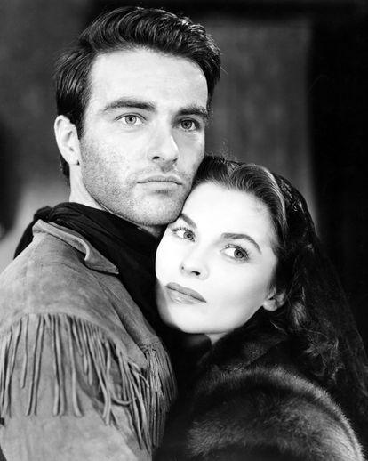Montgomery Clift (1920-1966) y  Joanne Dru (1922-1996), en una imagen promocional de 'Río rojo', dirigida por Howard Hawks en 1948.