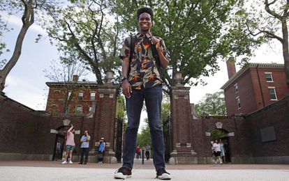 El estudiante Obasi Shaw posa a las puertas de la Universidad de Harvard (EE UU).