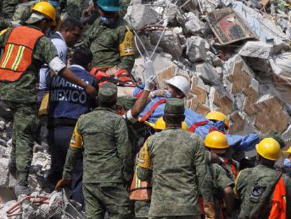 Al menos 238 muertos, entre ellos, más de 30 niños en una escuela, a causa de un fuerte sismo que ha sacudido con fuerza la capital del país y otros cuatro Estados