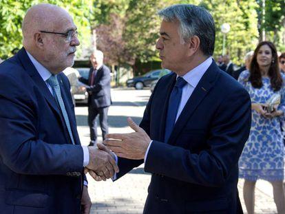 Jesús Loza (izquierda), nuevo delegado del Gobierno en el País Vasco, saluda hoy en Vitoria a su antecesor, Javier de Andrés.