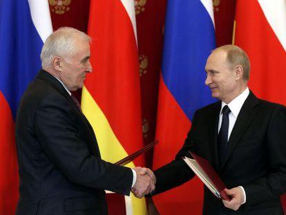 Putin saluda al presidente de Osetia del Sur Leonid Tibilov, este miércoles en Moscú.