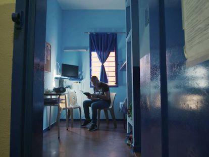 Uno de los presos lee en su celda.
