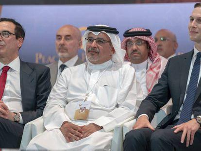 El consejero de la Casa Blanca Jared Kushner (derecha), el martes con delegados en el foro de Baréin.