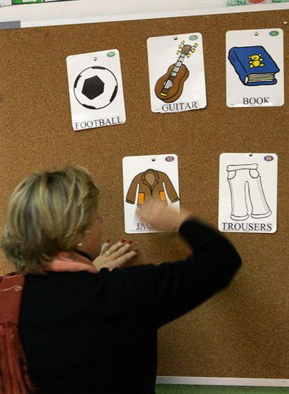 Una profesora imparte clases de inglés en un colegio bilingüe.