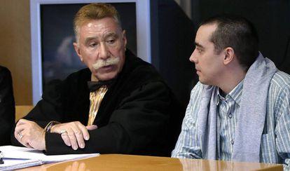 El acusado, Bruno Hernández Vega, junto con su abogado durante la primera jornada del juicio.