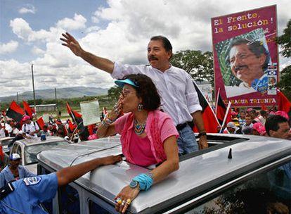 El presidente de Nicaragua, Daniel Ortega, y su esposa, Rosario Murillo, saludan a sus simpatizantes durante un acto electoral de 2006.