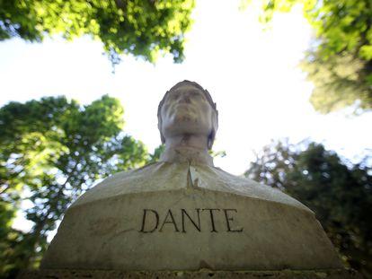 El busto de Dante Alighieri en el parque Villa Borghese, en Roma.