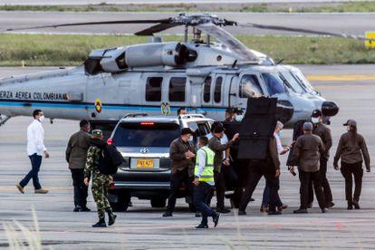 El presidente Iván Duque baja del helicóptero presidencial rodeado de guardias de seguridad en el aeropuerto Camilo Daza después del ataque sufrido en Cúcuta el 25 de junio.