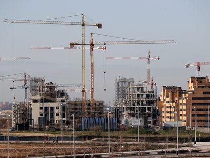 Vista de varios bloques de viviendas en construcción este marzo de 2021 en el barrio madrileño de El Cañaveral.