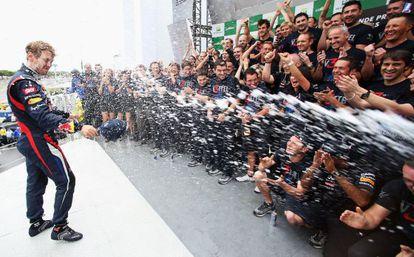 Vettel celebra junto a su equipo el triunfo.