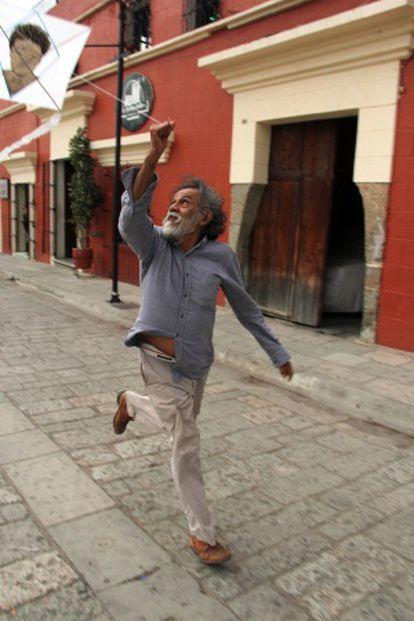 Toledo volando una cometa en Oaxaca.