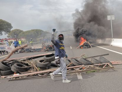 Manifestantes de Airbus Puerto Real cortan el trafico en una protesta el pasado mes de abril.