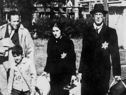 Una familia judía abandona su casa en los Países Bajos, durante la Segunda Guerra Mundial.