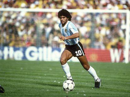 Diego Armando Maradona, con la majestuosa estampa de sus años de juventud, durante el Mundial de 1982.