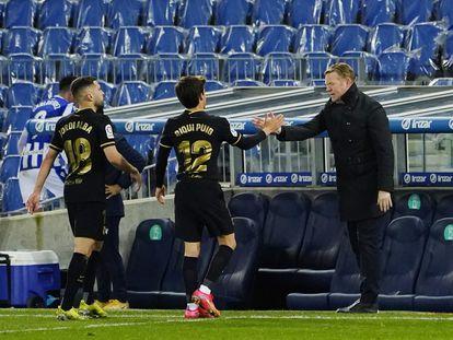 Koeman saluda a Riqui Puig y Jordi Alba este domingo en San Sebastián durante la goleada a la Real Sociedad.