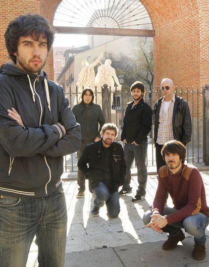 De pie, Guillermo, David, Jorge y Álvaro. En cuclillas, Juan Manuel y Pucho. Están en la plaza del Dos de Mayo.