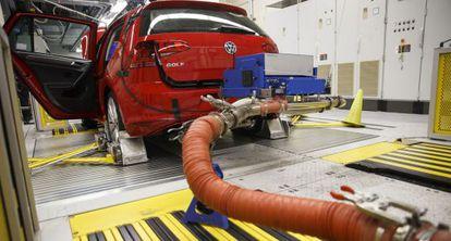 Un coche es sometido a pruebas en un laboratorio de EE UU.