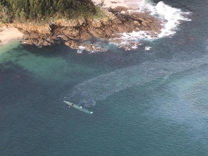 Imagen aérea del narcosubmarino localizado en la ría de Aldán (Pontevedra).
