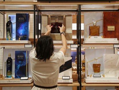 Marina Gámez, gerente de la tienda Johnnie Walker de Madrid, coloca en su sitio la botella Ruby Reserve 40 años, que tiene un precio de 15.000 euros.