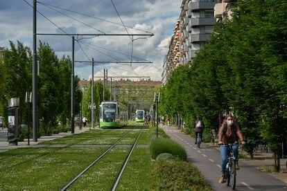 Una intervención urbanistica en la avenida Gasteiz, de Vitoria, que incorporan zonas verdes, un arroyo, tranvia y carriles bici.
