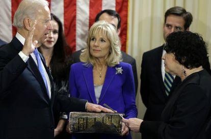 La juez del Tribunal Supremo, Sonia Sotomayor, toma juramento al vicepresidente de EE UU, Joe Biden.