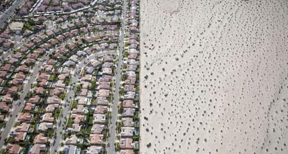 Desarrollo urbanístico junto al desierto, en Cathedral City, California, en plena sequía.